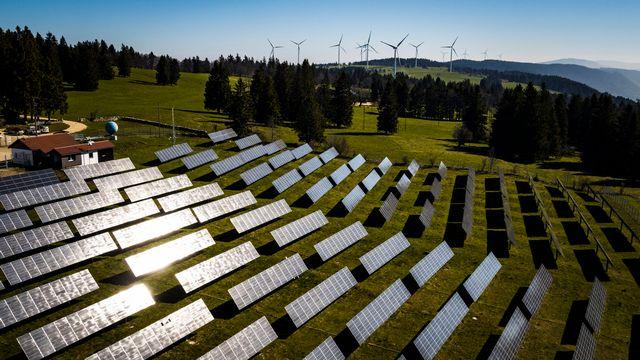 Panneaux solaires et éoliennes de la centrale de Mont-Soleil à Saint-Imier. [Valentin Flauraud - Keystone]
