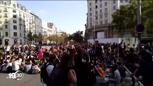Barcelone est bloquée par des milliers d'indépendantistes qui dénoncent la condamnation de séparatistes. [RTS]