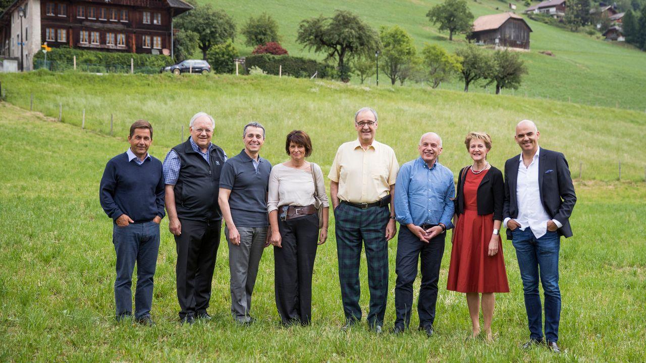 Les conseillers fédéraux et le chancelier prennent la pose à Charmey (FR), en juillet 2018. [Peter Klaunzer - Keystone]