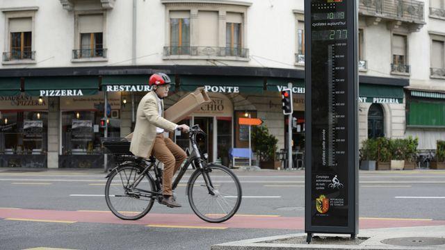 Entre 2005 et 2017, le nombre de cyclistes a augmenté de 95% au coeur de l'agglomération genevoise. [Martial Trezzini - Keystone]