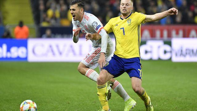 """Duel accroché entre Dani Ceballos et Sebastian Larsson. Les deux pays se quittent """"bons amis"""", mais l'Espagne, elle, a son ticket pour l'Euro 2020. [JESSICA GOW - KEYSTONE]"""