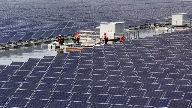 Des panneaux solaires flottants en Chine. [China Daily - Reuters]