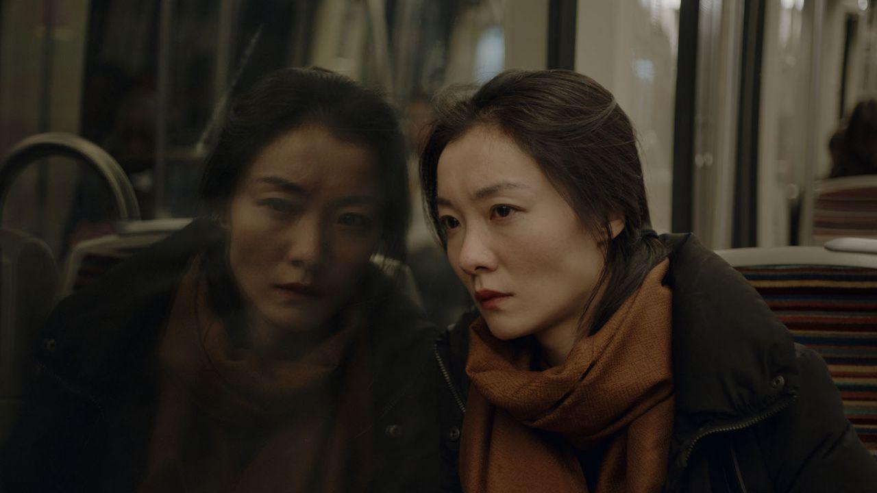 """Une scène du film """"Les Fleurs amères"""" de Olivier Meys avec Qi Xi. [Urban Distribution]"""