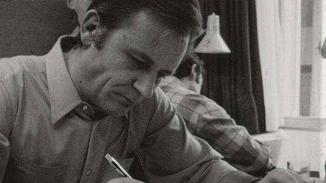 Albert Uderzo dessinant en 1970. [RTS]