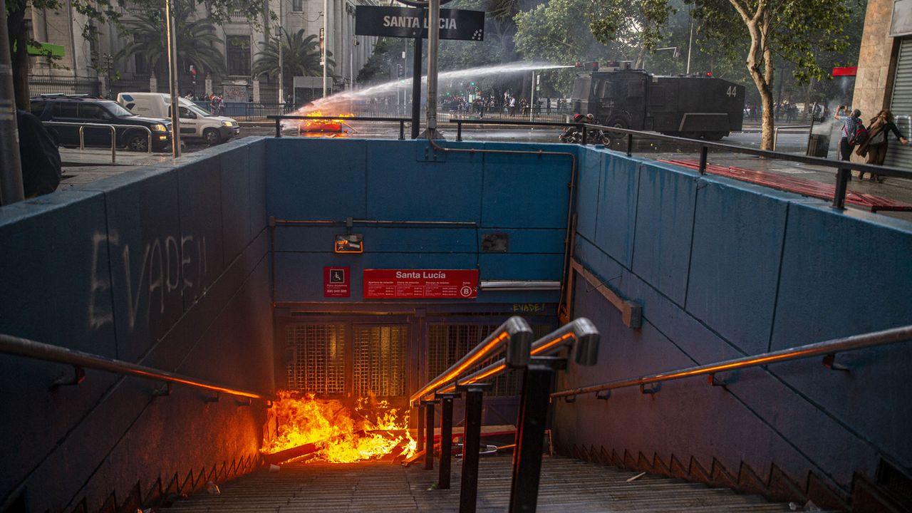 Plusieurs stations de métro ont été incendiées à Santiago du Chili. [AP Photo/Esteban Felix - Keystone]