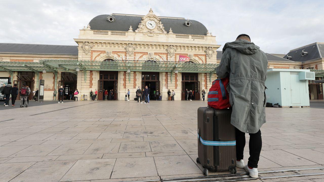 Un passager attend devant la gare de Nice, durant la grève nationale des conducteurs et contrôleurs de la SNCF, le 18 octobre 2019. [Eric Gaillard - Reuters]