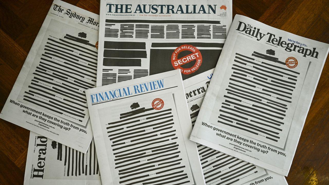 """La campagne """"Australia's Right to Know"""" affiche en Une de plusieurs journaux du pays un document gouvernemental largement caviardé, le 21 octobre 2019. [Lukas Coch - Keystone/epa]"""