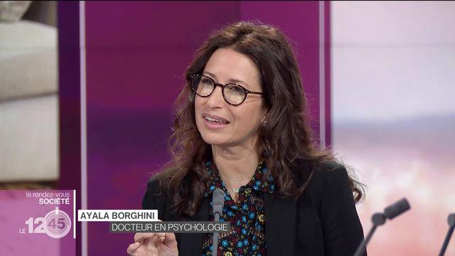 La psychothérapeute Ayala Borghini analyse l'emprise que les écrans ont sur les enfants et les parents et comment s'en prémunir [RTS]