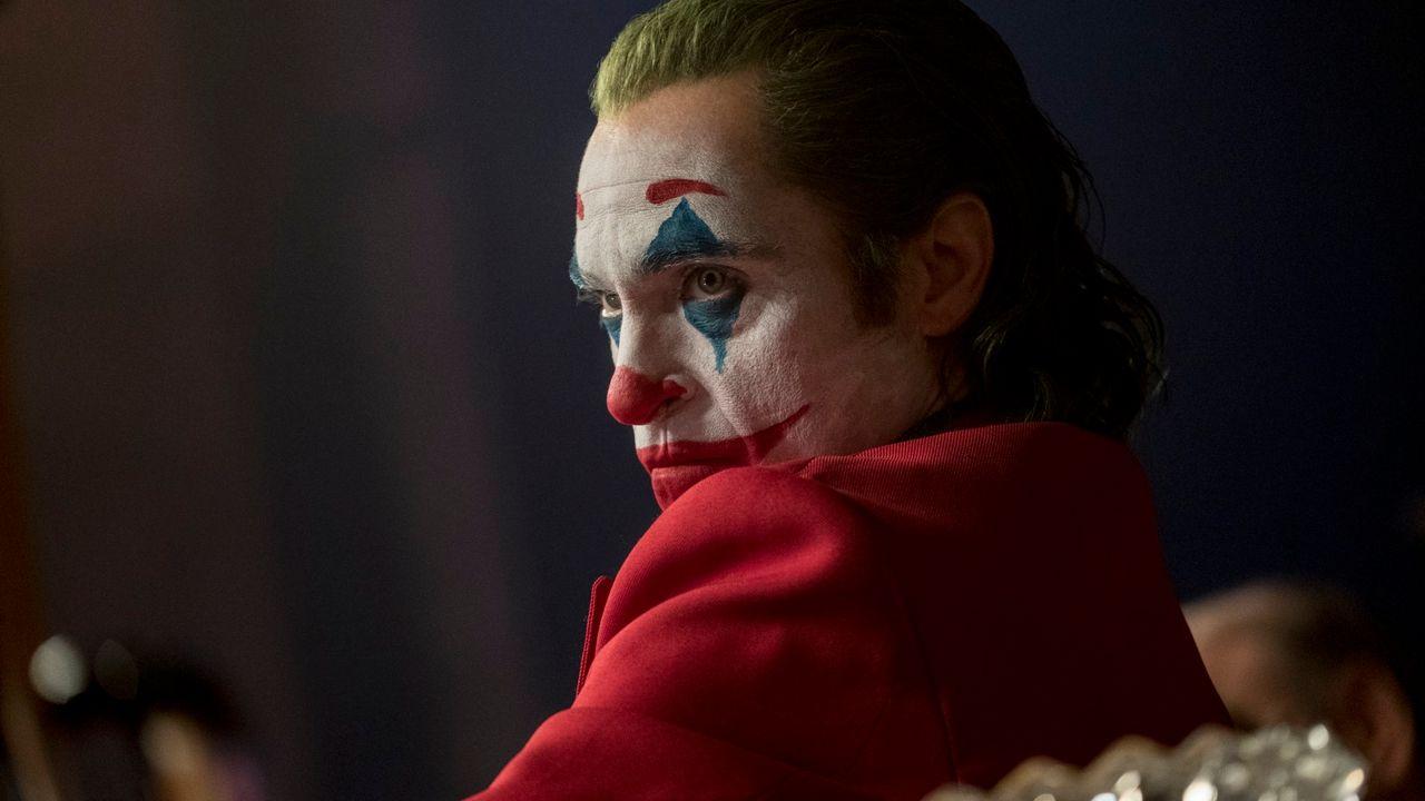 """Joaquin Phoenix, hallucinant dans """"Joker"""" [DC Comics / Niko TaverniseTM & © DC Comics / Niko Tavernise - Copyright 2019 Warner Bros. Entertainment Inc. TM & © DC Comics / Niko Tavernise Stars Joaquin Phoenix]"""