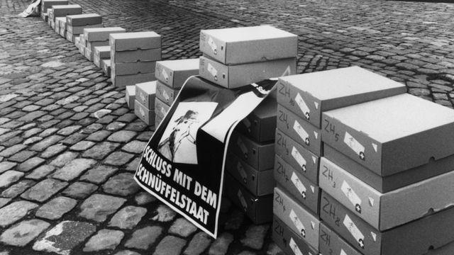 Une manifestation du comité 'Schluss mit dem Schnueffelstaat' proteste devant le Palais fédéral suisse lors du scandale des fiches secrètes  [DR - Keystone]