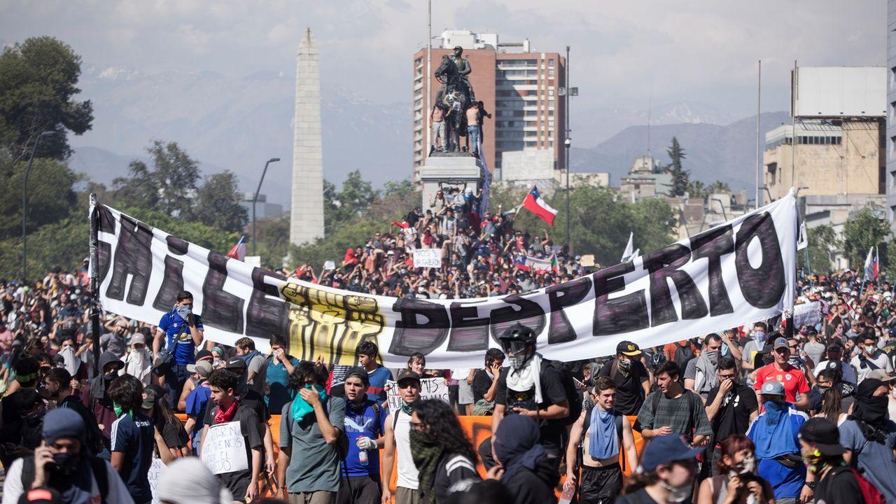 Des centaines de personnes manifestent sur la Plaza Italia à Santiago au Chili. [Alberto Valdes - EPA]