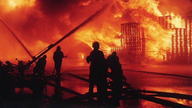 L'incendie de l'usine Sandoz à Schweizerhalle, le 1er novembre 1986. [Silvio Mettler - Keystone]