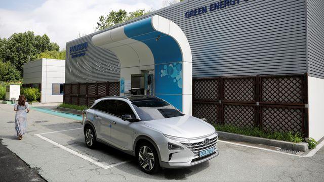 Une voiture à hydrogène fait le plein à Séoul. [Kim Hong-Ji - Reuters]
