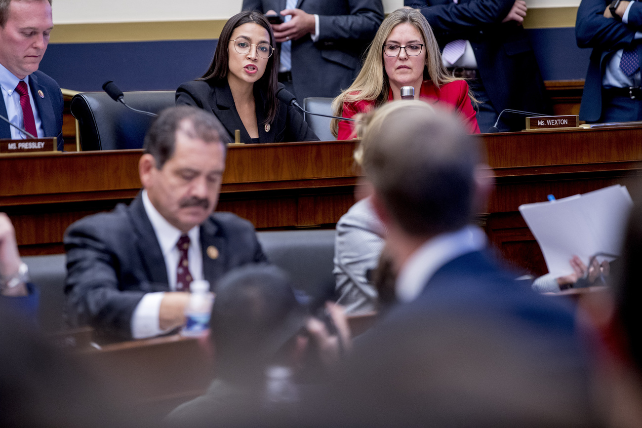 Lors d'une audition devant le House Financial Services Committee, Alexandria Ocasio-Cortez questionne le patron de Facebook Mark Zuckerberg.