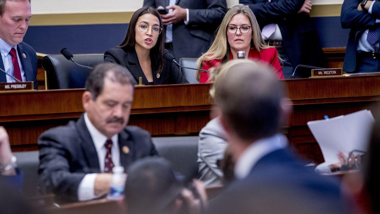 Lors d'une audition devant le House Financial Services Committee, Alexandria Ocasio-Cortez questionne le patron de Facebook Mark Zuckerberg. [Andrew Harnik - AP Photo/Keystone]
