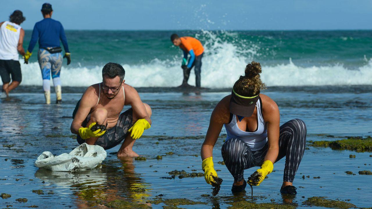 Des milliers de bénévoles nettoient les plages du Nordeste brésilien avec les moyens du bord et sans aucune protection. [Teresa Maia - Reuters]