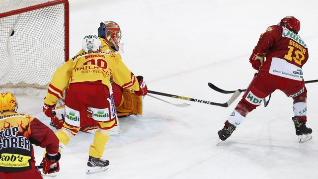 Pascal Berger trompe ici Jonas Hiller pour le 1-0 en faveur de Langnau. [Peter Klaunzer - Keystone]