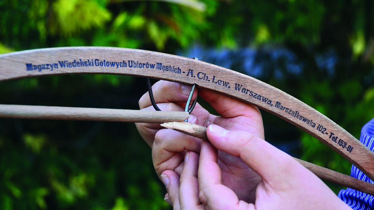 Le cintre cassé d'Ilan Lew, seul objet qui prouve que son arrière-grand-père a existé. [Michel Borzykowski - Edition Slatkine]