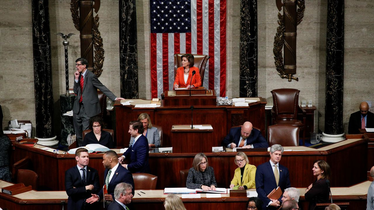 Nancy Pelosi, la présidente de la Chambre des représentants, présente à son pupitre le jour du vote sur l'enquête en destitution de Donald Trump. [Tom Brenner - Reuters]