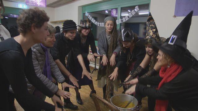 Des membres du collectif genevois pour la grève des femmes rendant hommage aux sorcières pour Halloween. [DR - RTS]