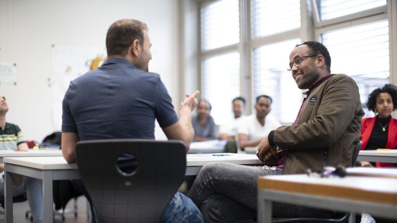 Un cours de formation à destination de réfugiés reconnus et de personnes admises à titre temporaire. [Gaetan Bally - Keystone]