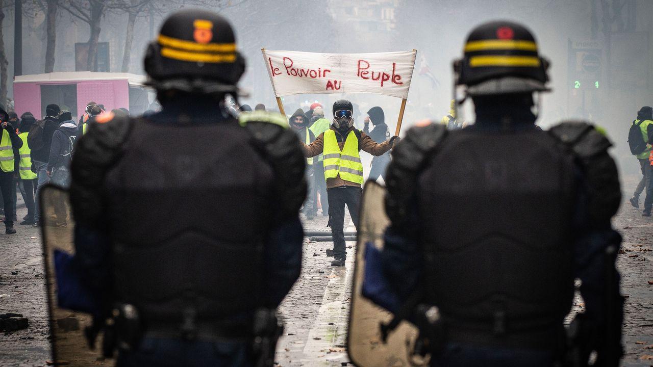 """Un manifestant """"gilet jaune"""" dans le quartier des Champs-Elysées le 1er décembre 2018. [AFP]"""