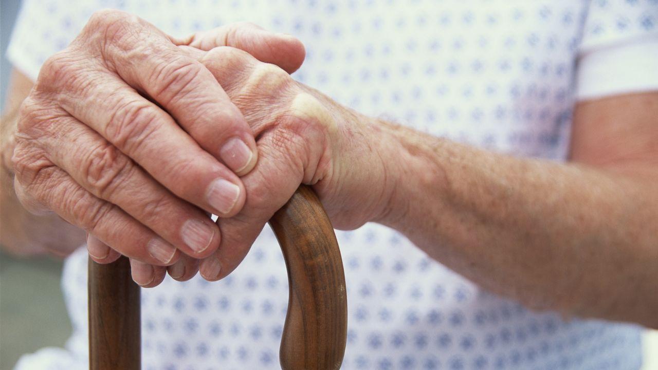 Une personne âgée avec une canne. [Dynamic Graphics - afp]