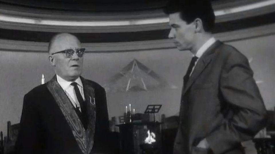 Le journaliste Claude Torracenta interviewe un Franc maçon de la loge Alpina. Lausanne, 1965. [RTS]