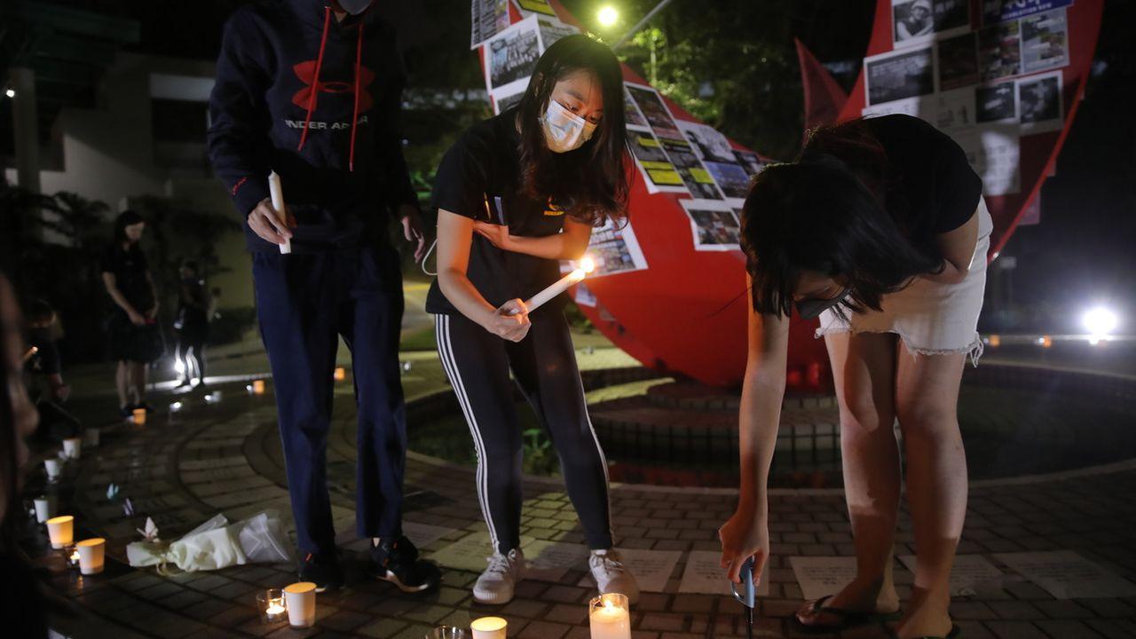 Après le décès d'un étudiant à Hong Kong, les manifestants ont entamé des veillées pour rendre hommage à la victime. [AP Photo/Kin Cheung - Keystone]