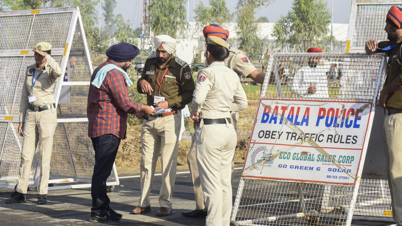 Un pèlerin sikh montre ses documents d'identité avant de passer la frontière pakistanaise à l'occasion d'un pèlerinage religieux. [Narinder Nanu - AFP]