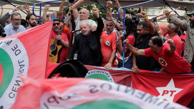 L'ex-président brésilien Lula devant ses supporteurs devant le siège des métallos de Sao Bernardo do Campo. [Nacho Doce - Reuters]