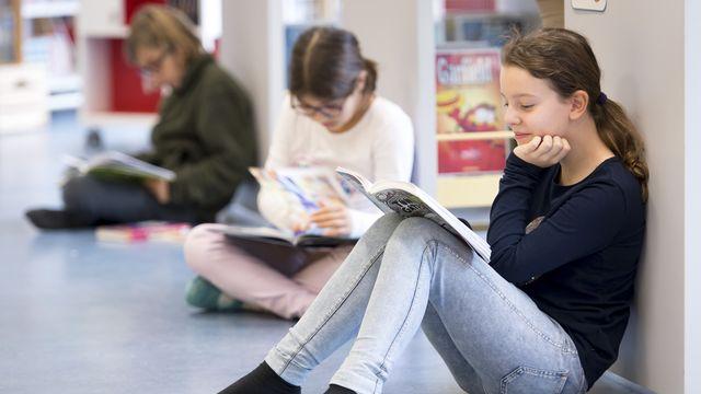 Plus de 100'000 livres se sont ouverts en même temps lundi matin dans les établissements scolaires vaudois. [Laurent Gillieron - Keystone]