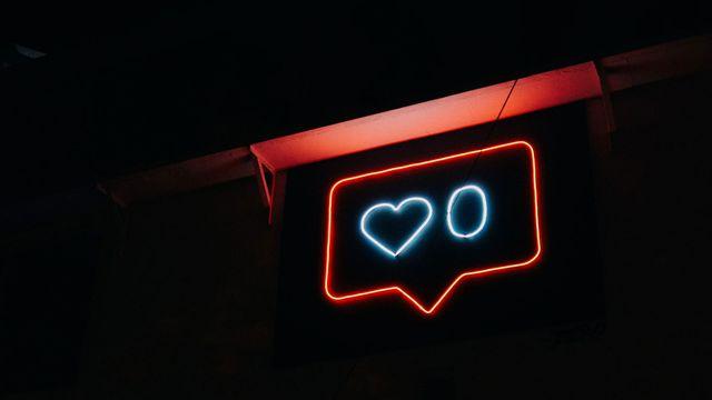 """Un néon affiche zéro """"likes"""", à la manière d'Instagram. [Prateek Katyal - Unsplash]"""