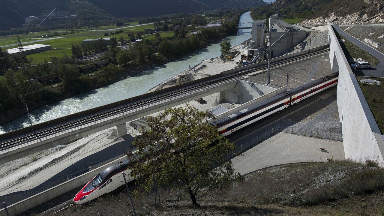 Le deuxième tube du tunnel du Lötschberg sera partiellement équipé. [Jean-Christophe Bott - Keystone]