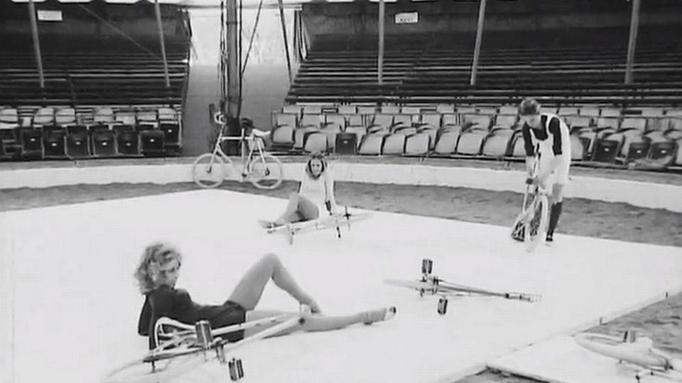 Immersion dans la vie quotidienne des gens du cirque en 1972. [RTS]