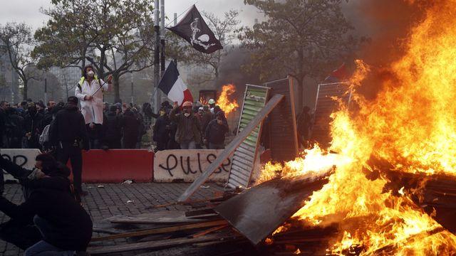 Des affrontements entre des casseurs et les forces de l'ordre ont éclaté aux abords de la place d'Italie à Paris. [Yoan Valat - Keystone ]