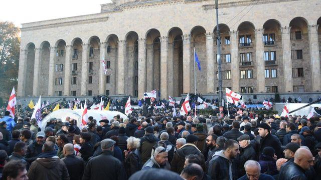 Des manifestants dans la capitale géorgienne Tbilissi, réunis pour protester contre Bidzina Ivanichvili, chef du parti majoritaire Rêve géorgien. [Vladimir Umikashvili  - AFP]