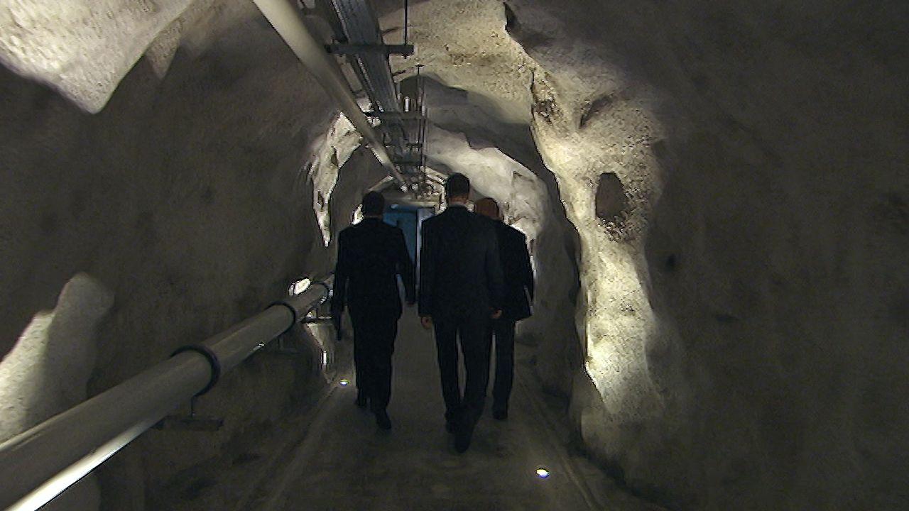 """Regardez ci-dessus l'épisode sur les datas centers installés dans d'anciens bunkers suisses. [image tirée de la web-série """"La Suisse sous couverture"""", épisode 4 - societe ecran media]"""