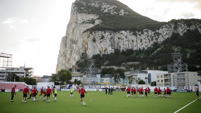 L'équipe de Gibraltar se prépare avant d'affronter la Suisse. [Anthony Anex - Keystone]