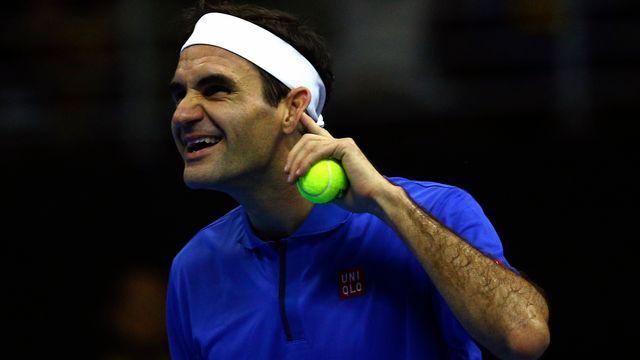 Moment de complicité à Santiago entre Federer et un de ses fans en tribunes qui venait de lui déclarer sa flamme. [Claudio Reyes - AFP]