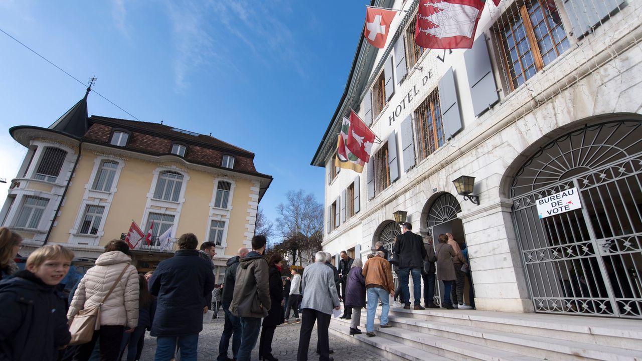Les habitants de Moutier (BE) font la queue pour voter à l'Hôtel de Ville, le 25 novembre 2018. (image d'illustration) [Laurent Gilliéron - Keystone]