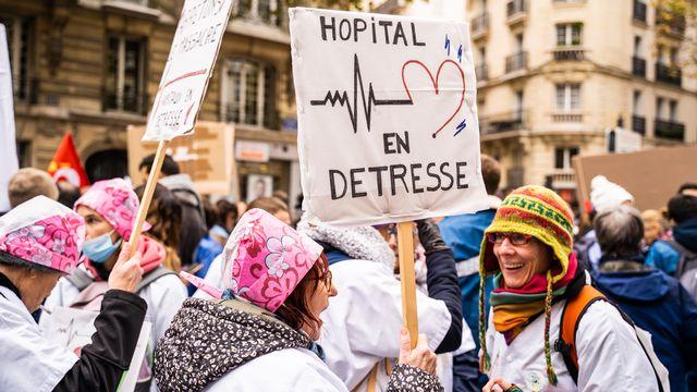 Des participantes à la manifestation du 14 novembre dernier à Paris, appelant à sauver les hôpitaux publics. [Hans Lucas - Xose Bouzas]