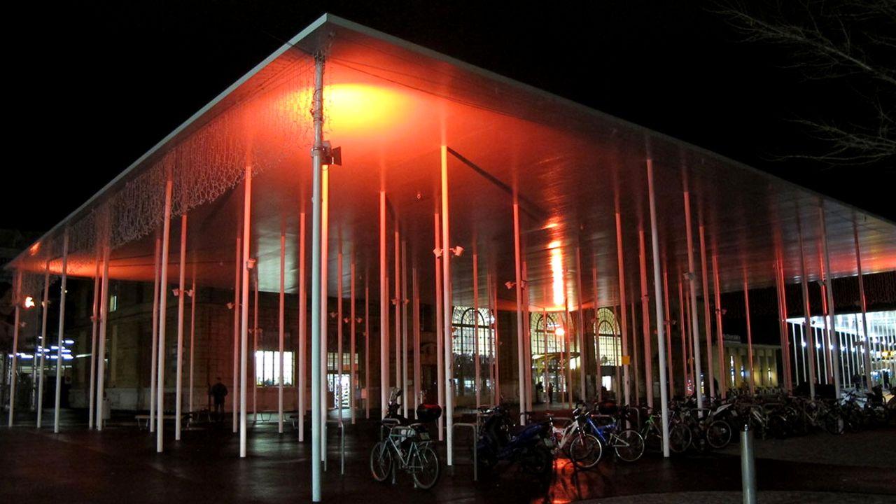 Certains bâtiments se pareront à nouveau d'orange, comme le couvert de la gare de La Chaux-de-Fonds ici en 2018). [swiss-soroptimist.ch]