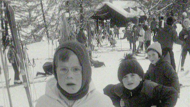 Cagoules, bonnets de laine, un camp de ski en 1963 aux Mayens-de-Sion. [RTS]