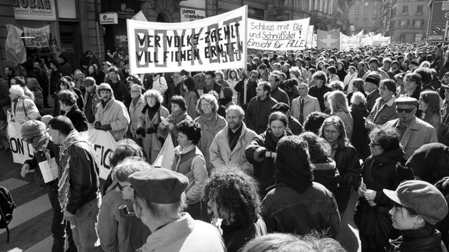 Le scandale avait suscité de vives réactions parmi la population suisse (ici à Berne, le 03.03.1990). [Keystone]