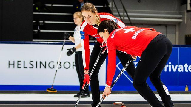 Mélanie Barbezat et les Suissesses en action lors des Européens de curling. [Mathilda Ahlberg - freshfocus]