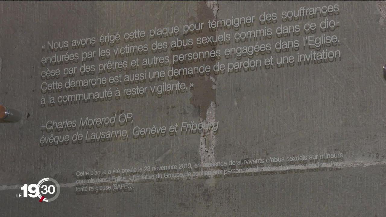 Une plaque commémorative a été installée dans la cathédrale de Fribourg en mémoire des victimes d'abus sexuels [RTS]