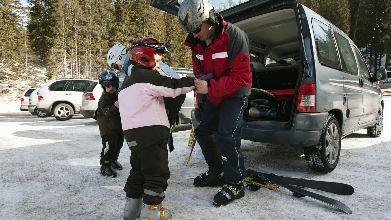 La voiture est le moyen de transport privilégié pour aller dans les stations de ski [Alessandro Della Bella - Keystone]