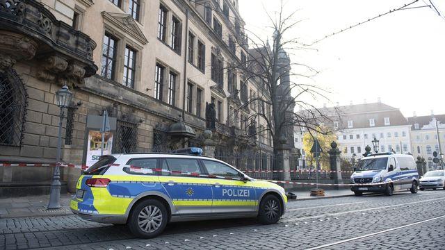 A Dresde, une voiture de police devant le Residenzschloss le 25 novembre 2019. [Sebastian Kahnert - Keystone]