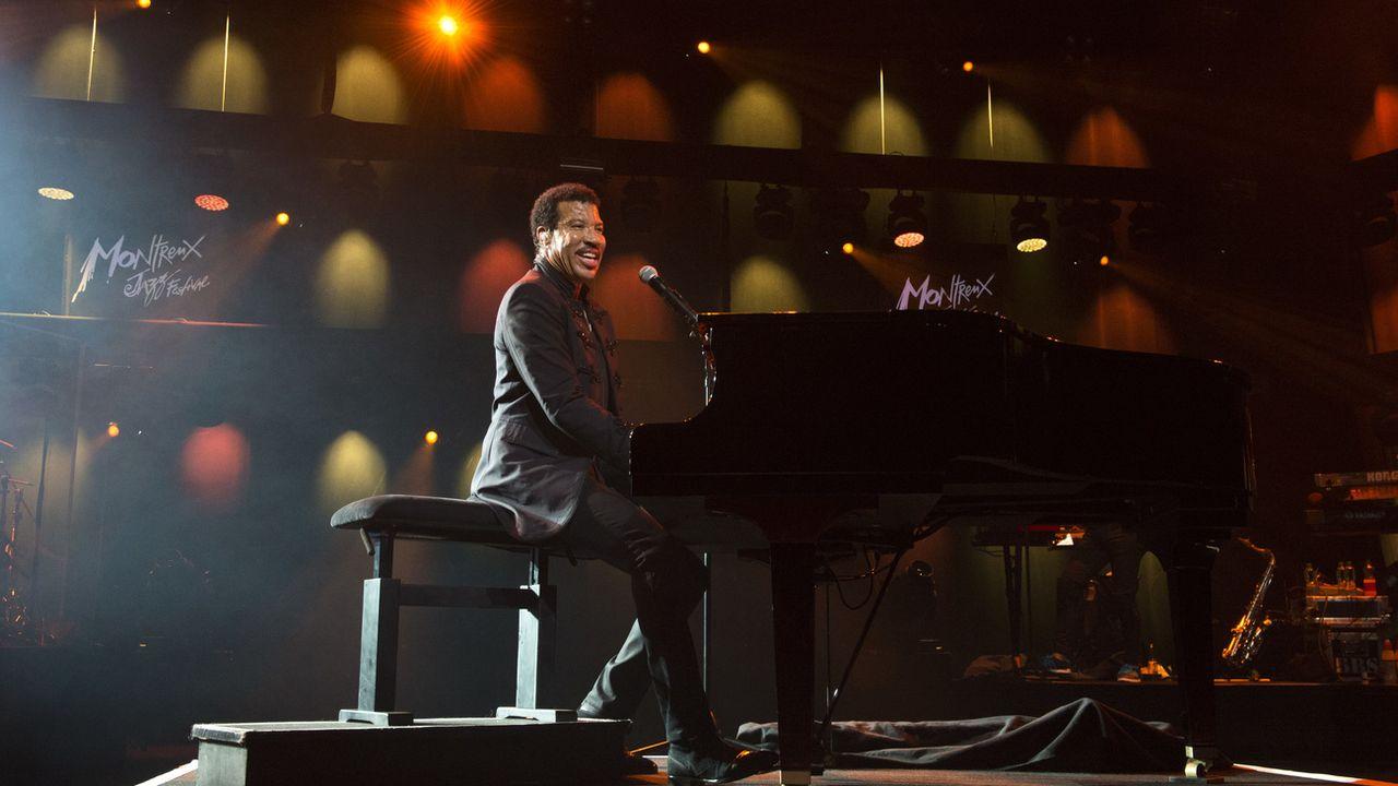 Le chanteur américain Lionel Richie sur la scène de l'auditorium Stravinski du Montreux Jazz Festival, le 11 juillet 2015. [Anthony Anex - Keystone]